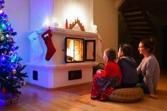 Famiglia a casa sulla notte di Natale Immagine Stock