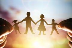 Famiglia a catena di carta immagini stock libere da diritti