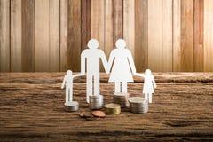 Famiglia a catena di carta che simbolizza Bella giovane donna caucasica Fotografia Stock