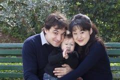 Famiglia caucasica asiatica della corsa mista Fotografia Stock