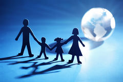 Famiglia chain di carta che avanza verso l'indicatore luminoso Fotografia Stock