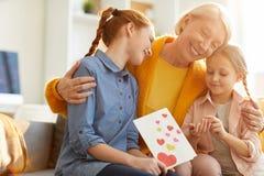Famiglia che abbraccia il giorno di madri fotografia stock