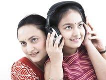 Famiglia che ascolta la musica fotografie stock libere da diritti