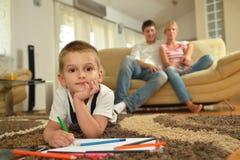 Famiglia che attinge consiglio scolastico a casa Immagine Stock Libera da Diritti