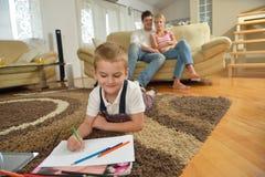 Famiglia che attinge consiglio scolastico a casa Immagini Stock