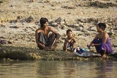Famiglia che bagna nel fiume Immagini Stock Libere da Diritti