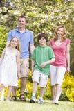 Famiglia che cammina all'aperto sorridendo Fotografie Stock Libere da Diritti