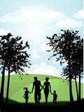 Famiglia che cammina all'esterno Immagine Stock