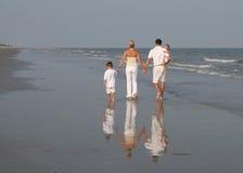 Famiglia che cammina alla spiaggia Immagini Stock Libere da Diritti