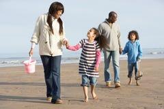 Famiglia che cammina dalla spiaggia di inverno del Sea On Fotografia Stock Libera da Diritti
