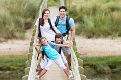 Famiglia che cammina lungo il ponte di legno Fotografie Stock Libere da Diritti