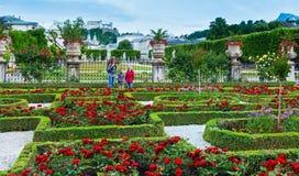 Famiglia nel giardino di estate (Salisburgo, Austria) immagine stock libera da diritti
