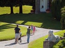 Famiglia che cammina nel giardino della villa Melzi, Bella Immagine Stock