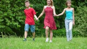 Famiglia che cammina nel parco archivi video