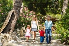 Famiglia che cammina nella foresta immagini stock