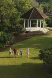 Famiglia che cammina nella sosta. Fotografia Stock