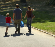 Famiglia che cammina nella sosta Fotografia Stock