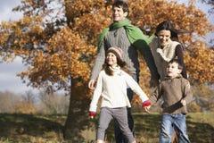 Famiglia che cammina nella sosta Fotografie Stock