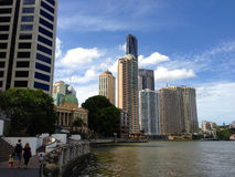Famiglia che cammina su una passeggiata della riva del fiume a Brisbane Fotografia Stock