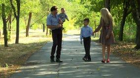 Famiglia che cammina sul viale archivi video