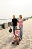Famiglia che cammina sull'argine Fotografia Stock Libera da Diritti