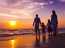 Famiglia che cammina sulla spiaggia Fotografia Stock