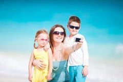 Famiglia che cattura auto ritratto Immagini Stock