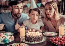 Famiglia che celebra compleanno immagine stock libera da diritti