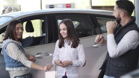 Famiglia che celebra comprando una nuova automobile