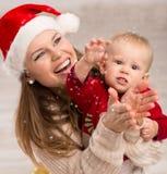 Famiglia che celebra il Natale Immagini Stock