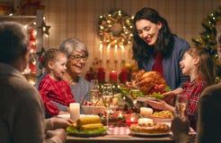 Famiglia che celebra natale immagini stock
