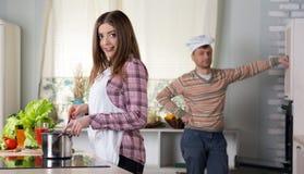 Famiglia che cucina l'interno della cena a casa Fotografia Stock