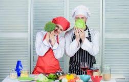 Famiglia che cucina nella cucina vegetariano Uniforme del cuoco coppie felici nell'amore con alimento sano Essere a dieta e vitam fotografie stock libere da diritti