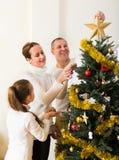 Famiglia che decora l'albero di Natale Fotografia Stock