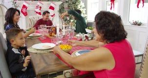 Famiglia che dice Grace Before Christmas Meal Shot su R3D video d archivio