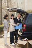 Famiglia che disimballa furgoncino per l'istituto universitario, Pechino Immagine Stock