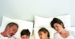 Famiglia che dorme nella camera da letto video d archivio