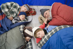 Famiglia che dorme in tenda Immagini Stock Libere da Diritti