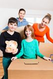 Famiglia che entra nella nuova casa immagini stock libere da diritti