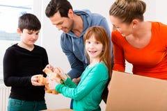 Famiglia che entra nella nuova casa immagine stock
