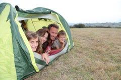 Famiglia che fa campeggio in estate Immagine Stock