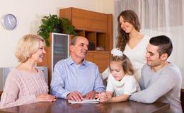 Famiglia che fa la lista di acquisto immagine stock