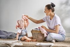 Famiglia che fa lavanderia a casa Immagine Stock