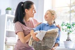 Famiglia che fa lavanderia a casa immagini stock libere da diritti