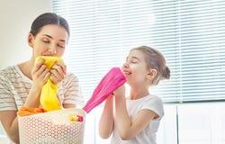 Famiglia che fa lavanderia a casa fotografie stock libere da diritti