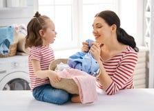 Famiglia che fa lavanderia immagine stock