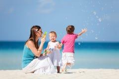 Famiglia che fa le bolle di sapone Fotografia Stock Libera da Diritti