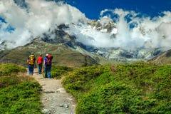 Famiglia che fa un'escursione in alte montagne, Svizzera, Europa Fotografia Stock Libera da Diritti