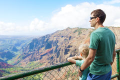 Famiglia che fa un'escursione a Kauai Fotografie Stock