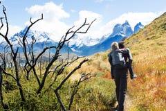 Famiglia che fa un'escursione nella Patagonia fotografie stock